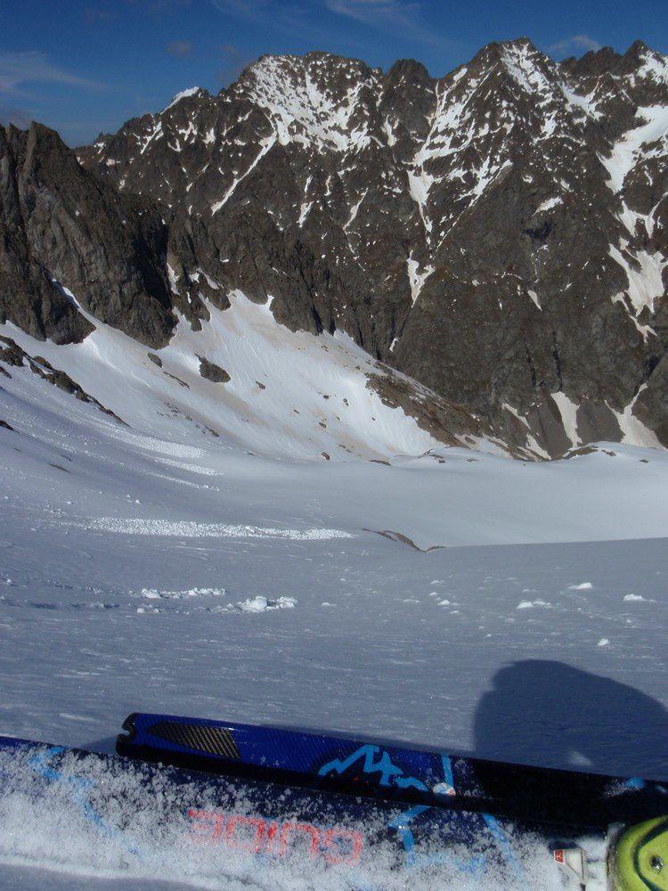 Puis plongeon dans le versant Nord du Gelas sur une neige encore bien gelée ce matin.