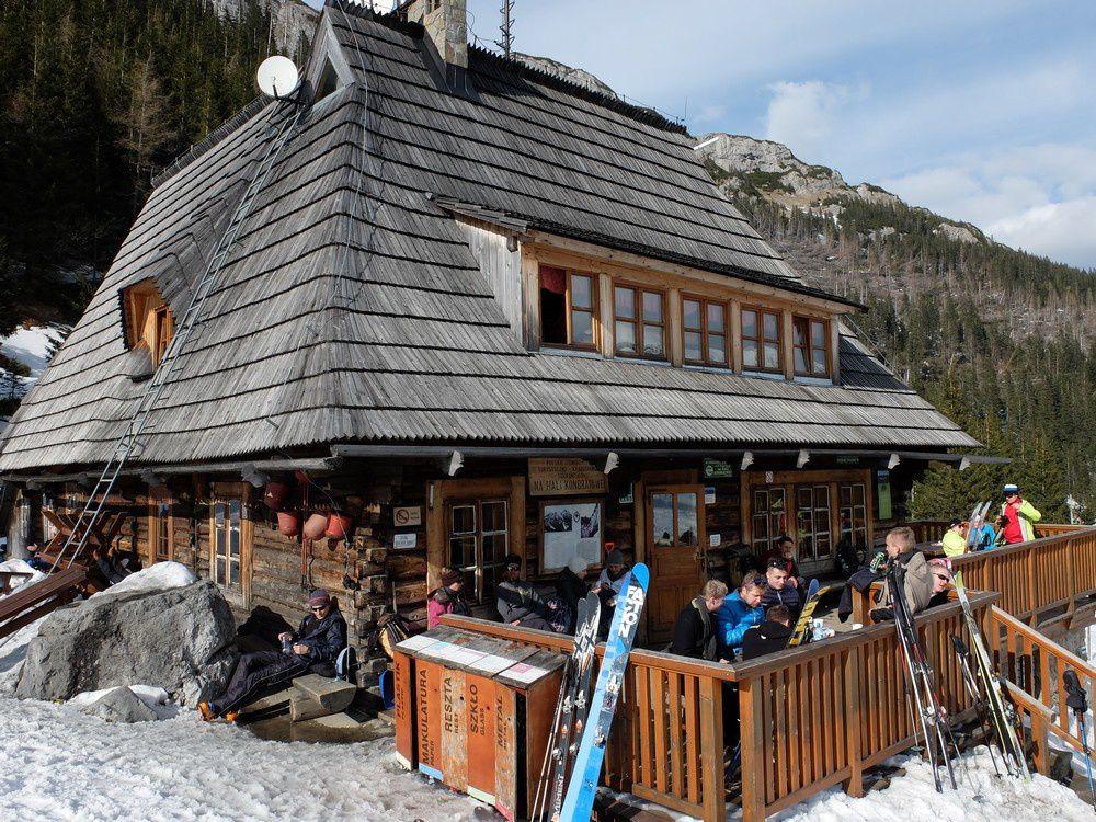 On retrouve la civilisation au refuge Kondratowa desservi par un hors piste de la station de zakopane