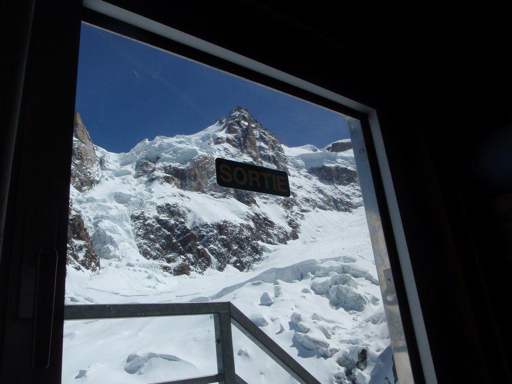 Vue du dortoire des Grands Mulets sur le Mont Maudit : ambiance de très haute montagne
