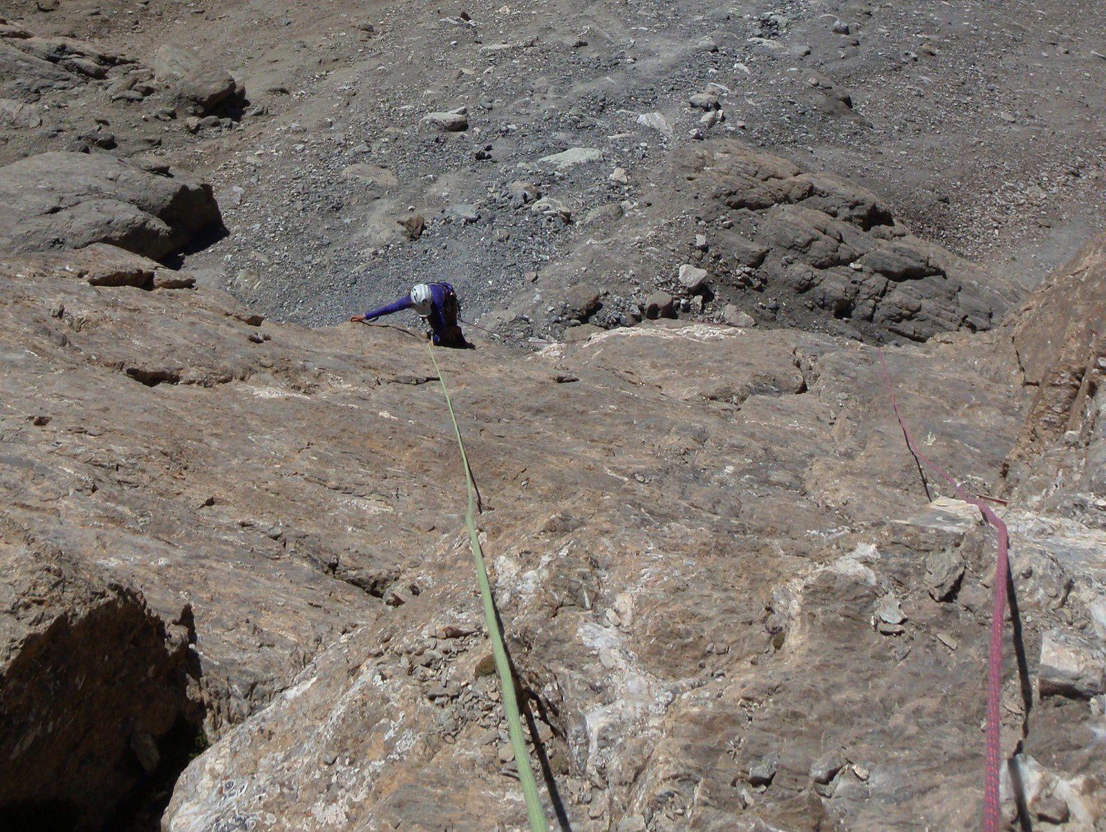 La 2ème longueur est la plus dure avec un pas de 6- pitoné, suivi d'une dalle en 4 expo de 10m de haut.