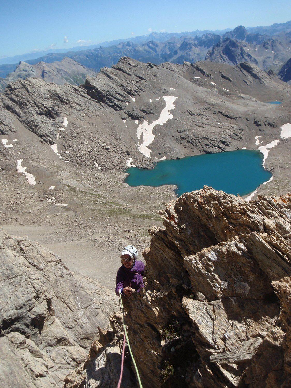 Sur le haut du pilier nous dominons le lac des neufs couleurs, qui n'a qu'une seule teinte vue d'ici.