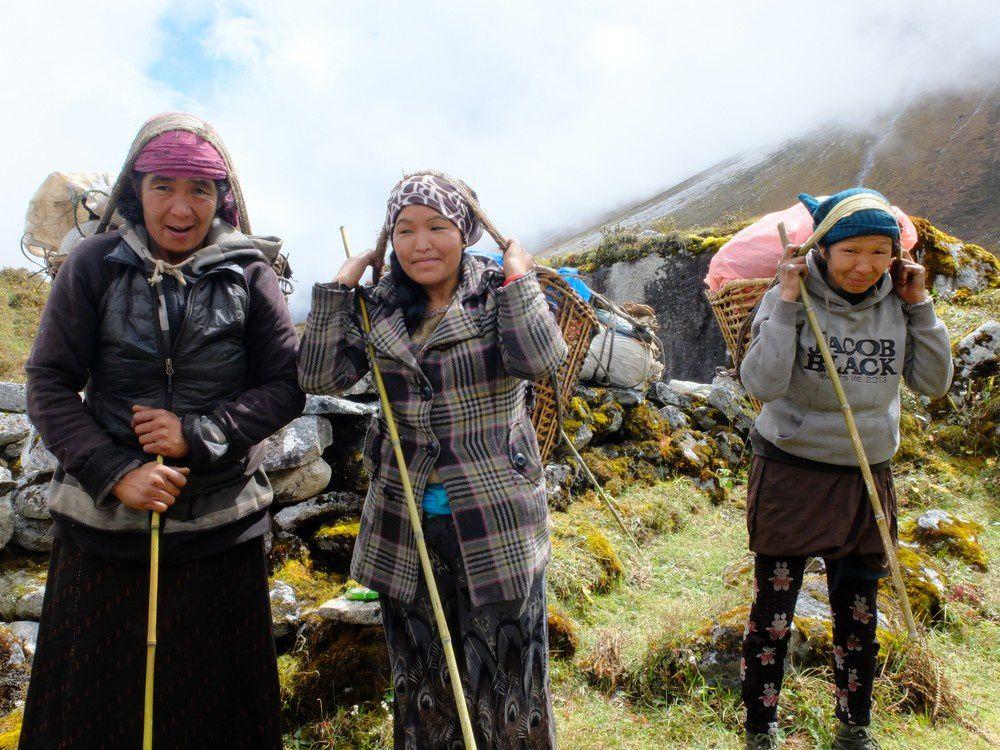 """Les """"cow women"""" de Bimtang vont chercher les vaches et yaks dipersés dans la montagne. Entre tradition et modernité apporté par le désenclavement de la route des Annapurna, les habitants de la vallée étaient très ouverts aux rencontres."""