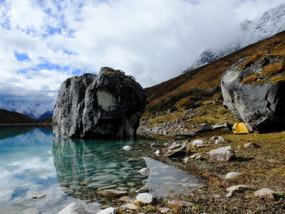 Nous dormons au bord de lacs glacières splendides coincés entre les moraines et les versants.