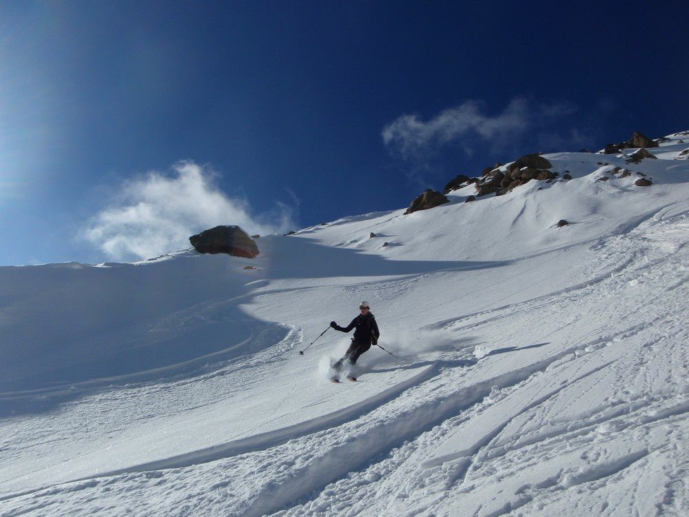 Une skieuse en mode carte postale