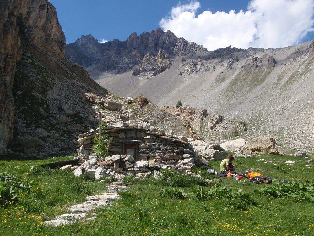 La cabane du vallon des Houerts vous attend pour passer de belle nuit à rêver sous la voute de pierre. Un grand merci à l'association qui l'a entièrement rénovée il y a quelques étés.