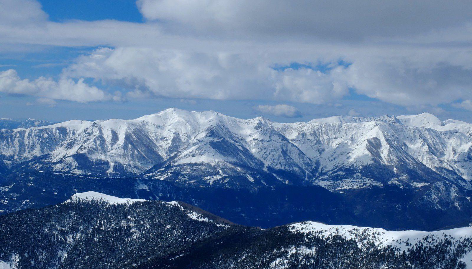 La chaine du St Honorat au Puy du Roubinous bien blanche: pleine de possibilités pour les aventuriers du ski!