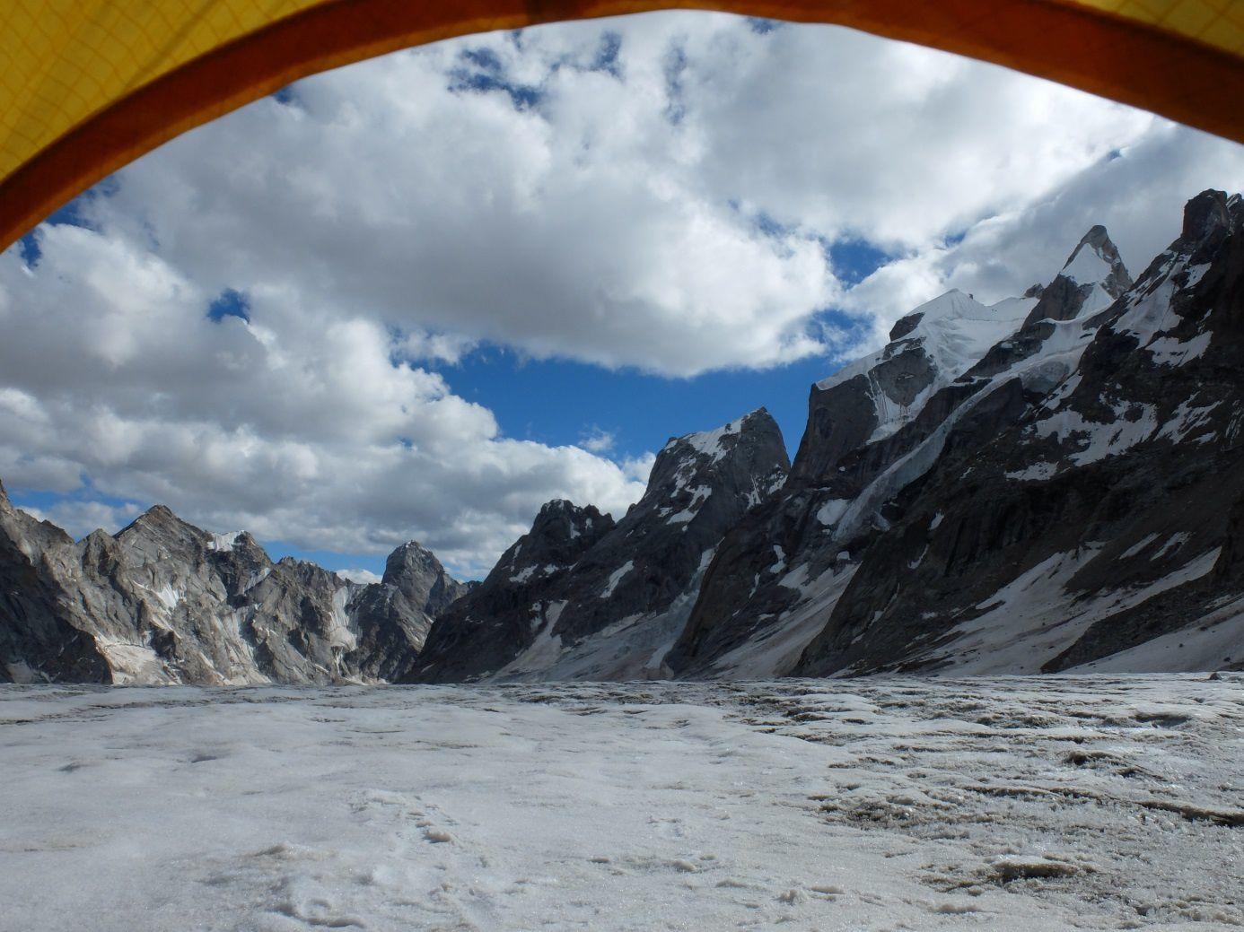 La rive gauche du glacier de Chodong avec le big wall du Mahindra.