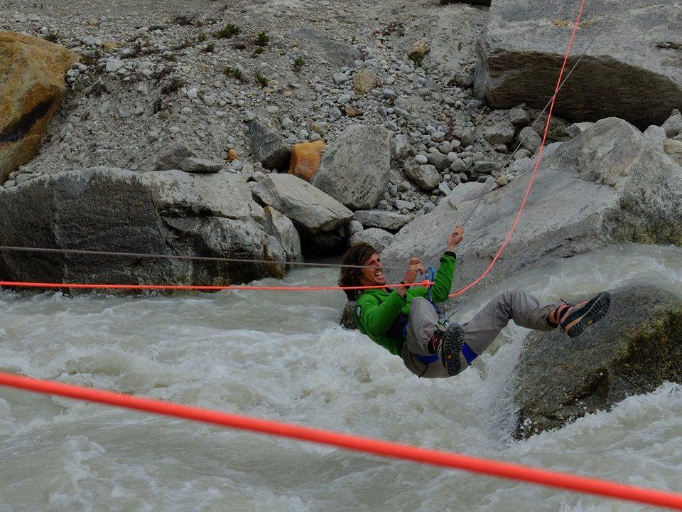 On aménage une tyrolienne pour traverser le torrent furieux sortant du glacier.
