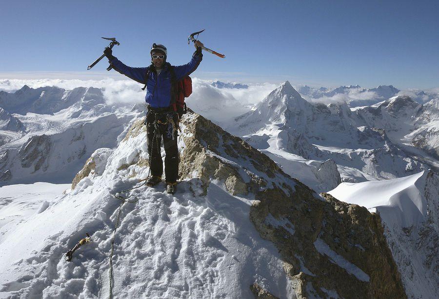 Photo de David Bingham au sommet du Saravsati en 2010 avec la pyramide du Gangstang derrière.