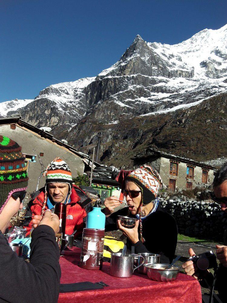 Petit déjeuner royale à Na au retour du beau temps. Nous allons enfin découvrir la vue sur les montagnes immacullées de neige.