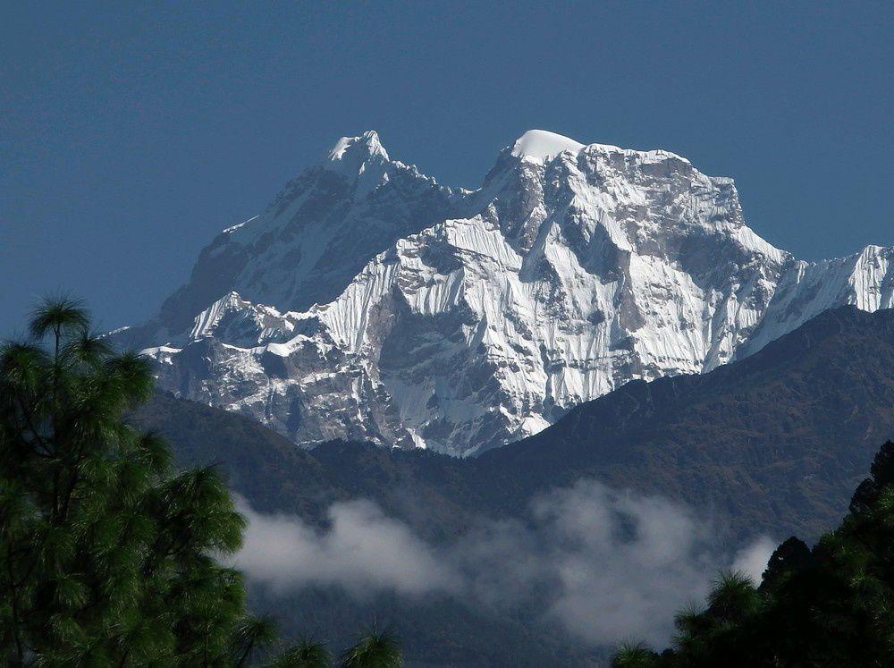 Nous allons passer au peid du sommet sacrée du Gaurishankar à plus de 7000m. Des français ont grimpé cette face sud en octobre dans les mêmes conditions météo difficiles. Leur récit est ici: http://www.petzl.com/fr/outdoor/news/sur-terrain/2013/11/05/voyage-au-bout-peine-ouverture-dans-face-sud-du-gaurishankar