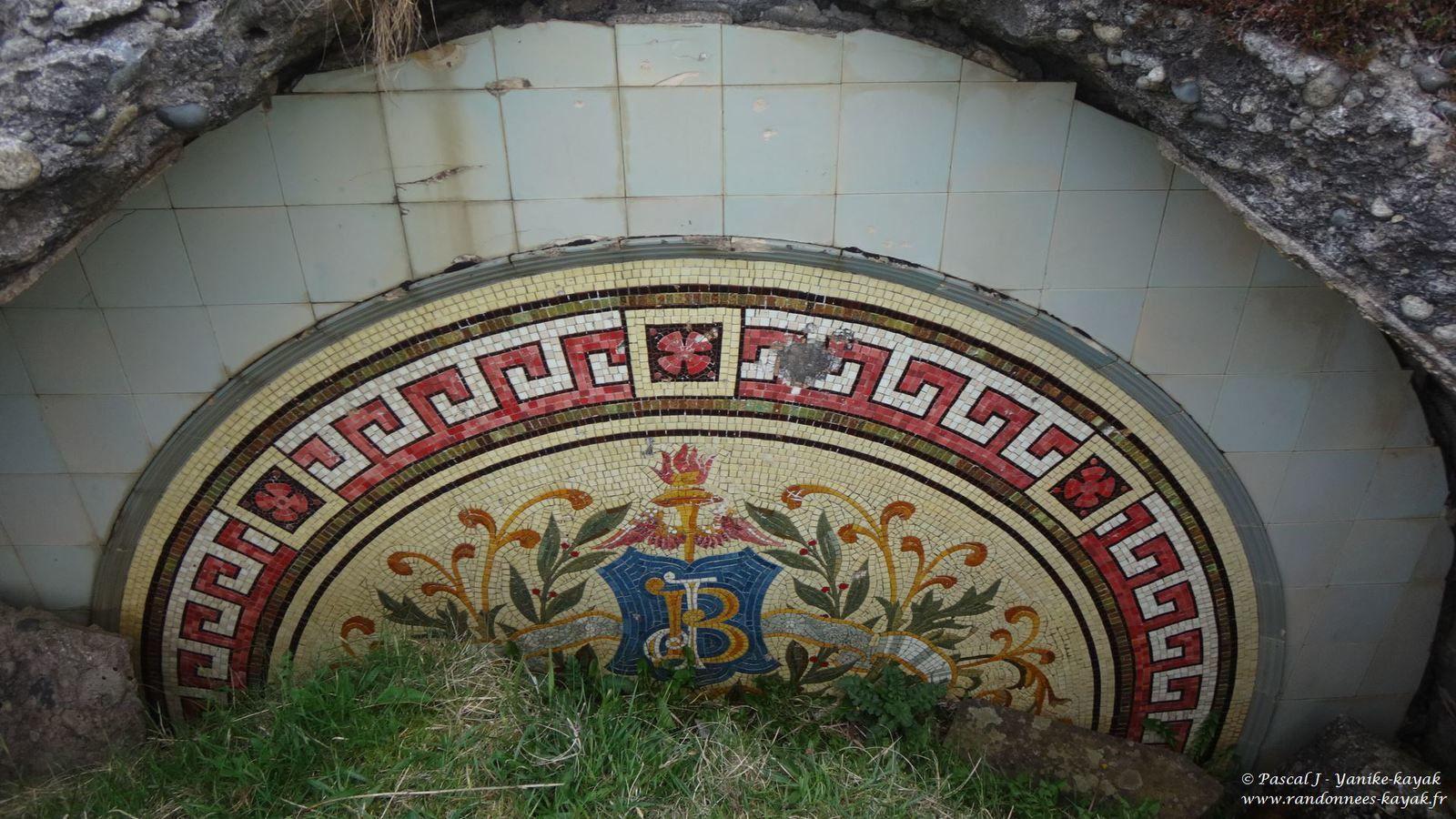 Une partie du mur du fond de l'ancien mausolée, enterrée.