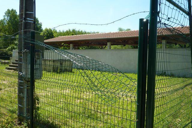 Une grille de clôture bien pliée.