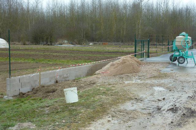 La clôture prend forme pour l'embellissement du quartier.