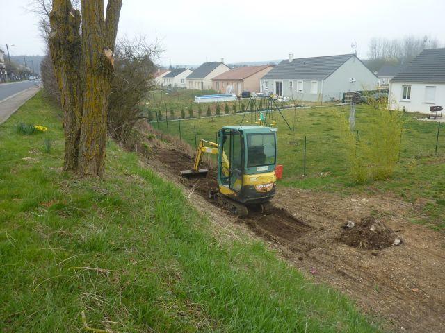 En principe et à terme, le talus sera planté d'une végétation couvre-sol.