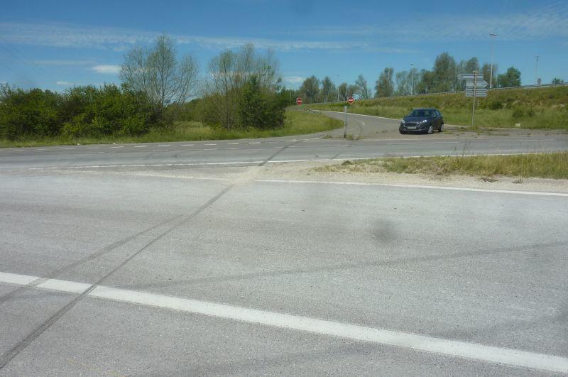 Belles traces de freinage sur la chaussée. La voiture a écrasé le poteau de signalisation.