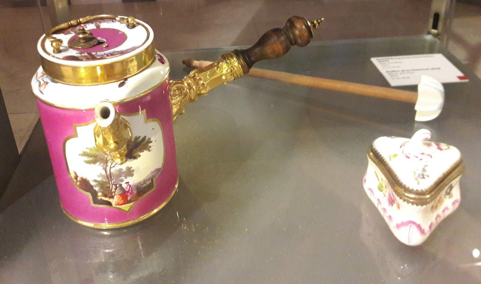 Pot de chocolat/ Porcelaine de Saxe .1740  et Tabatière  Ludwigsburg .1770 / Meissen Manuacture
