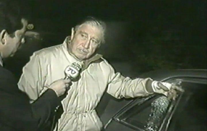 Pinochet devant son véhicule après l'attentat du FPMR