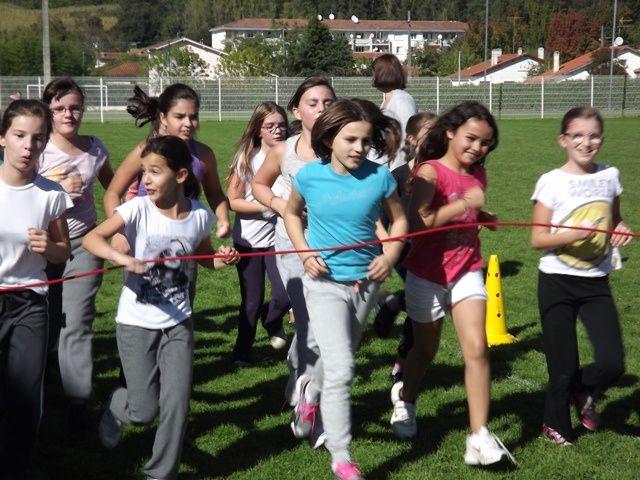 Le coup de sifflet a retenti pour donner le départ des filles du CM2... suivies ensuite des autres classes jusqu'aux plus petits venus spécialement eux aussi pour participer à cet événement sportif.