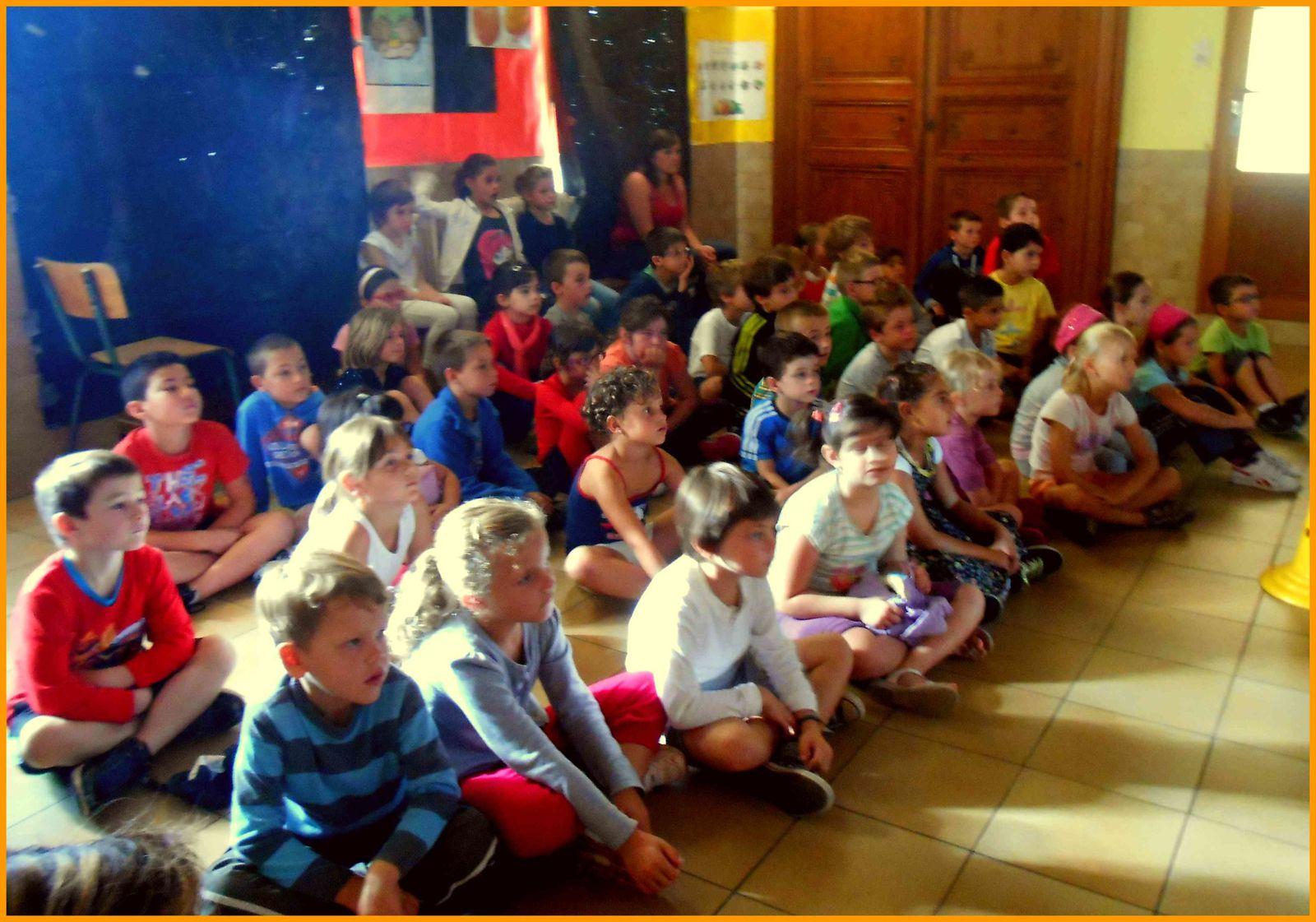 En début de matinée, les élèves du second cycle découvrent le spectacle .