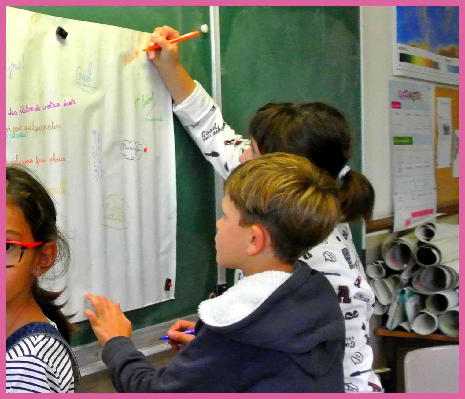 Au dos des posters, les élèves écrivent des messages, et signent de leur prénom .