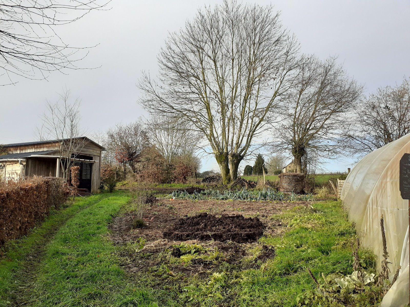au potager le paillage est arrivé le compost aussi vite il faut couvrir la terre