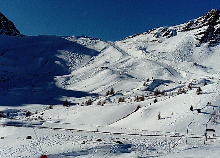 Les enfants profitent du superbe domaine skiable.