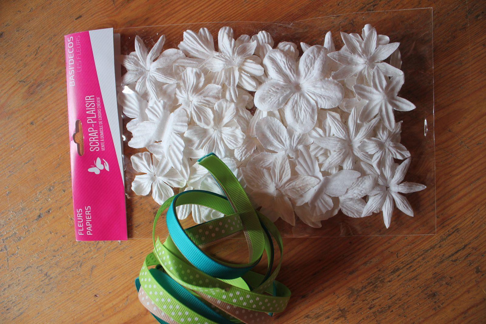 de beaux rubans assortis et le lot de fleurs blanches que l'on peut utiliser tel quel ou coloriser avec des encres en spray ou des encreur par exemple