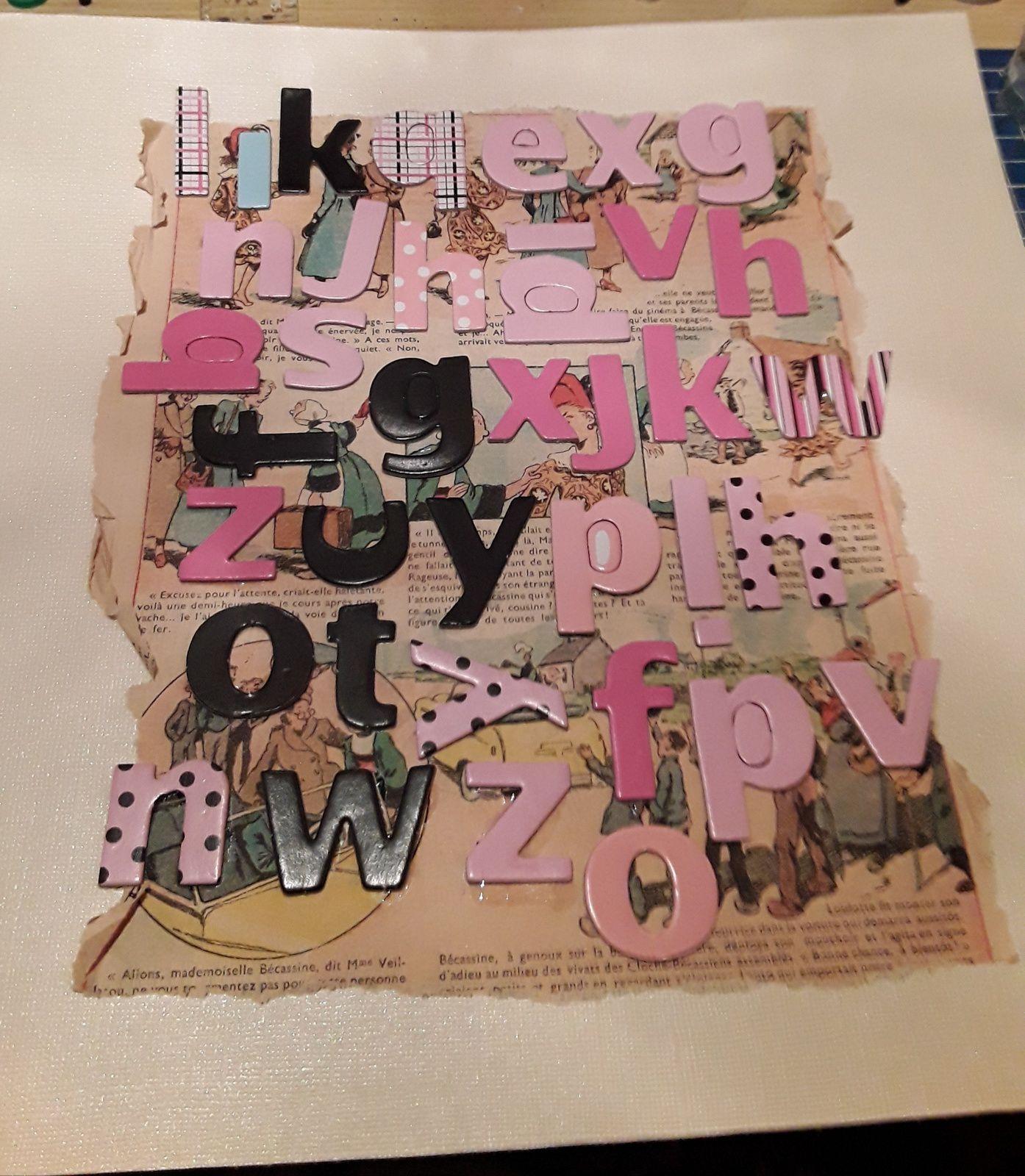 En premier j'ai collé une page d'un vieux journal Butinette. J'ai ensuite collé dessus des lettres chipboard d'un viel alphabet