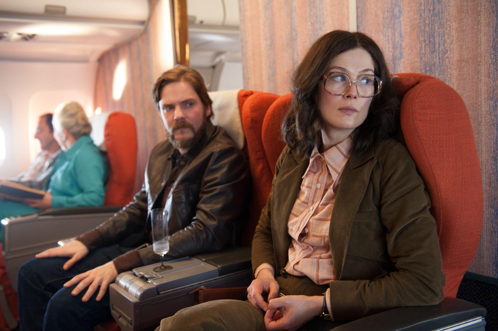 Otages à Entebbe, découvrez la bande-annonce sous tension du thriller de José Padilha avec Rosamund Pike, Daniel Brühl.