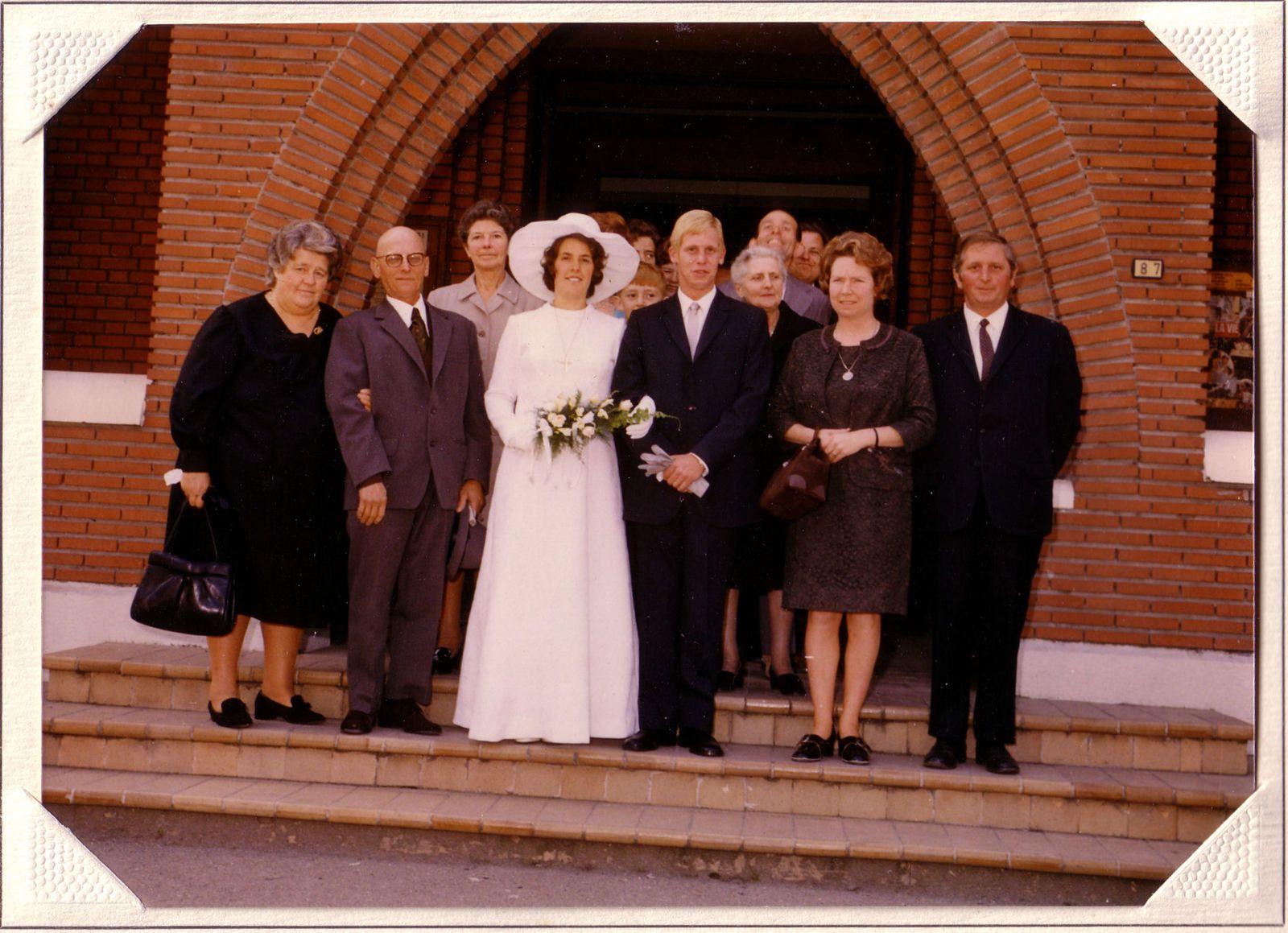 Au mariage de Bernard et Michèle, de gauche à droite : les parents de Michèle, Michèle et mon frère Bernard, et mes parents. Juste derrière les mariés, mes deux grand-mères, à gauche, derrière Michèle, ma grand-mère maternelle, et à droite, derrière Bernard, ma grand-mère paternelle.