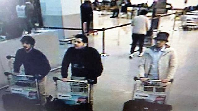À gauche, l'homme inconnu___Au milieu, Ibrahim El Bakraoui___À droite, l'homme en fuite