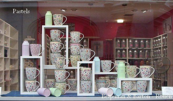 Boites pastel et mugs à fleurs