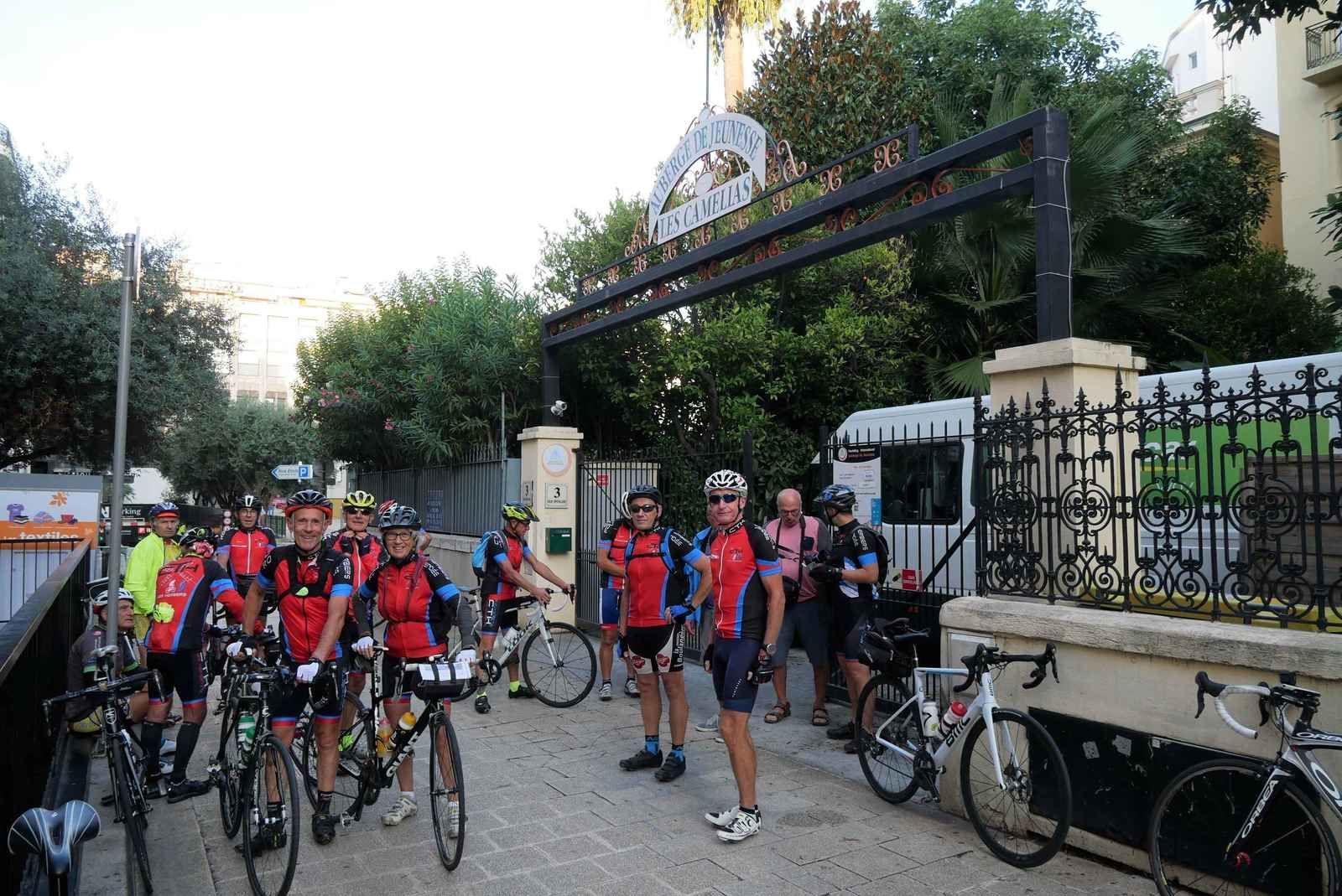 Devant l'Auberge de Jeunesse des Camélias, toute l'équipe est prête à partir.