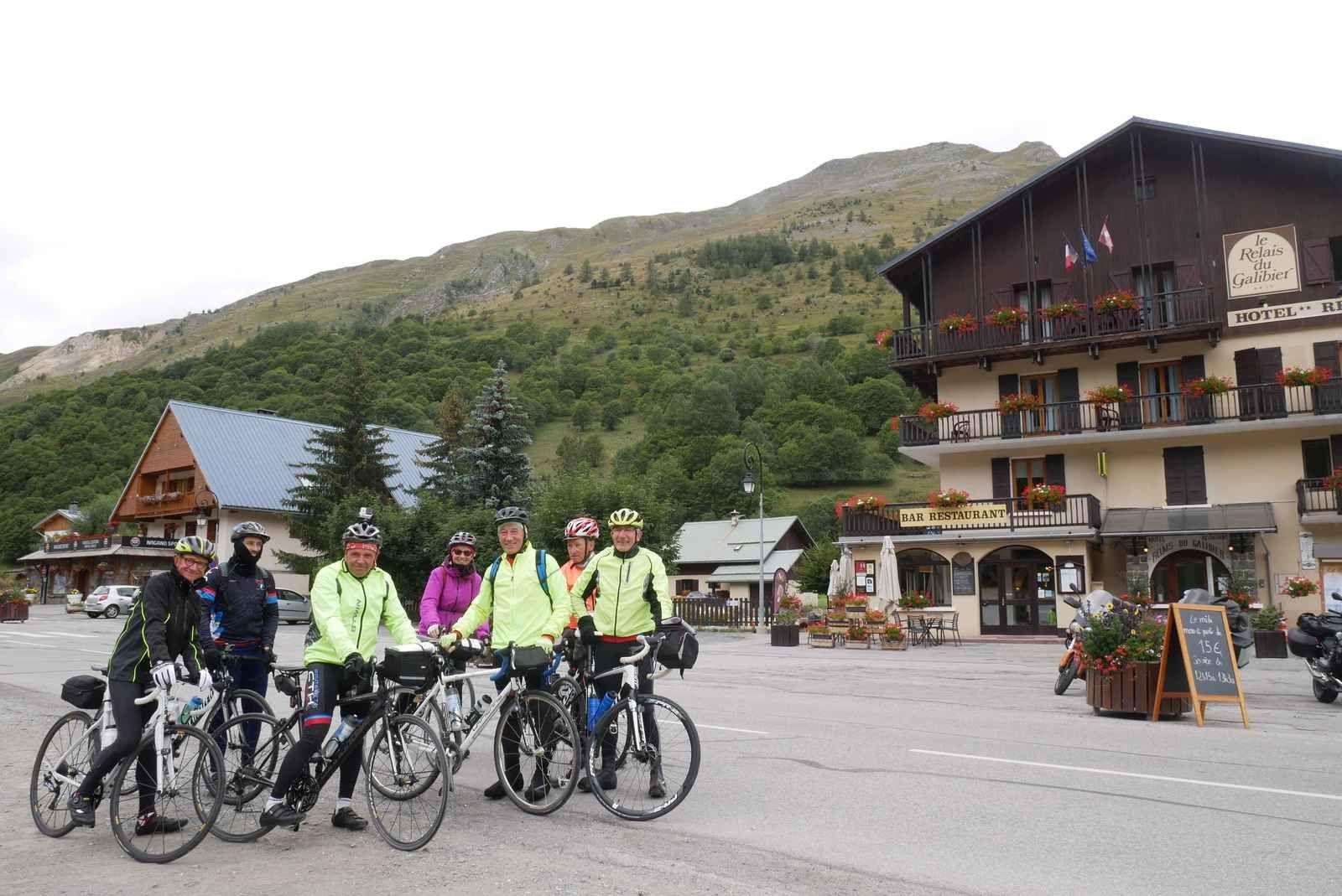Un bon repas au Relais du Galibier des Verneys et les plus motivés sont prêts à partir dans la descente sur Valloire avant de remonter sur le Col du Télégraphe.