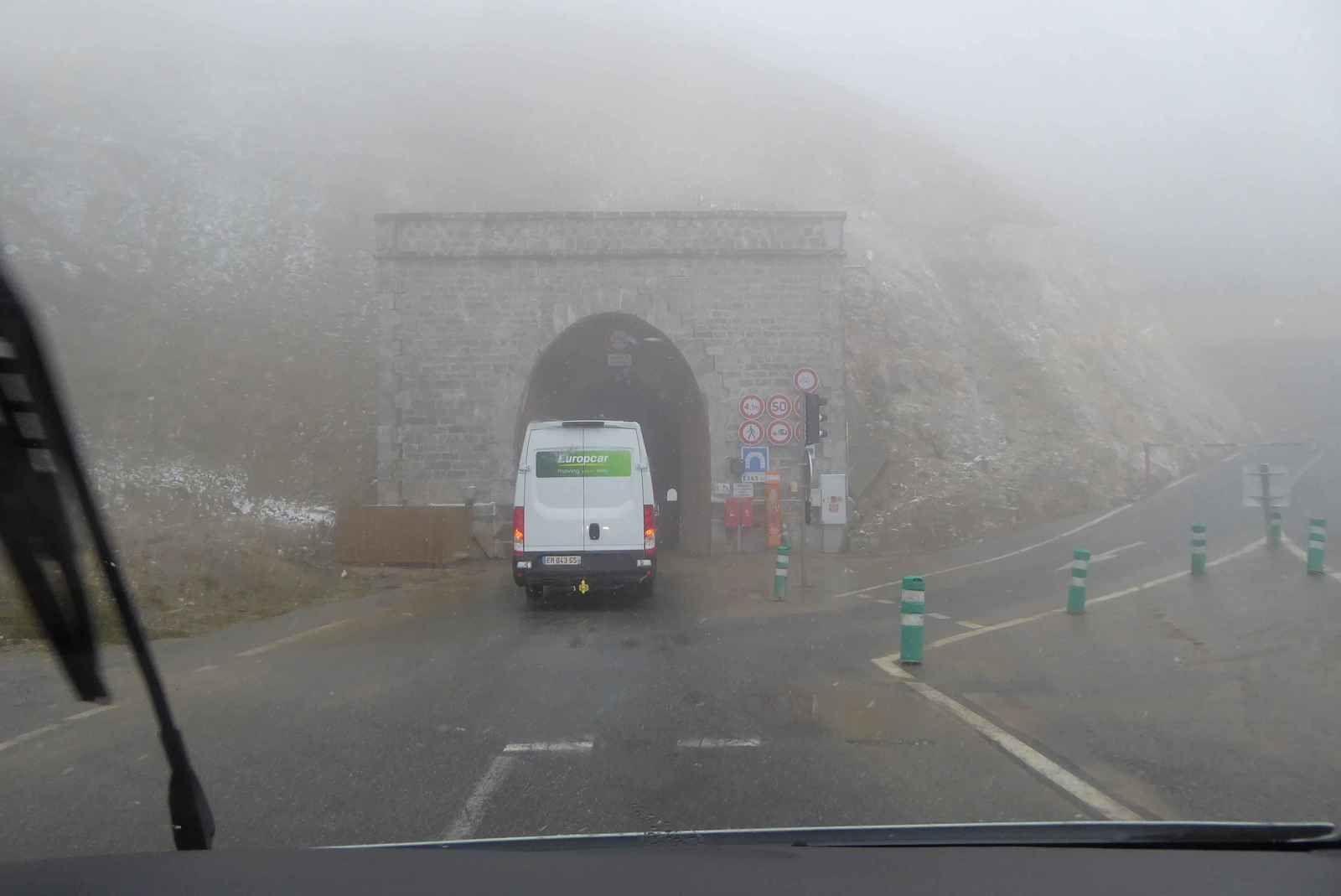 Nous voilà en haut du Galibier. La route qui conduit au sommet est fermée. On prend le tunnel long de 365 m réservé aux véhicules à moteur.