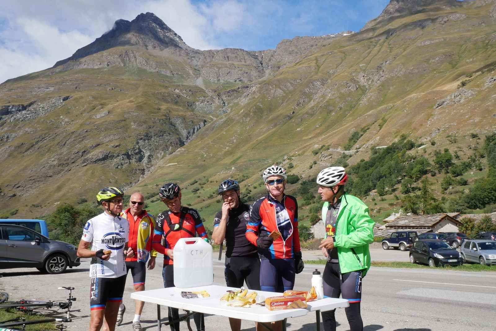 Bonneval Sur Arc. Pain d'épices, bananes et eau avant d'attaquer les 14 km de l'Iseran. Le déjeuner étant prévu après le col.