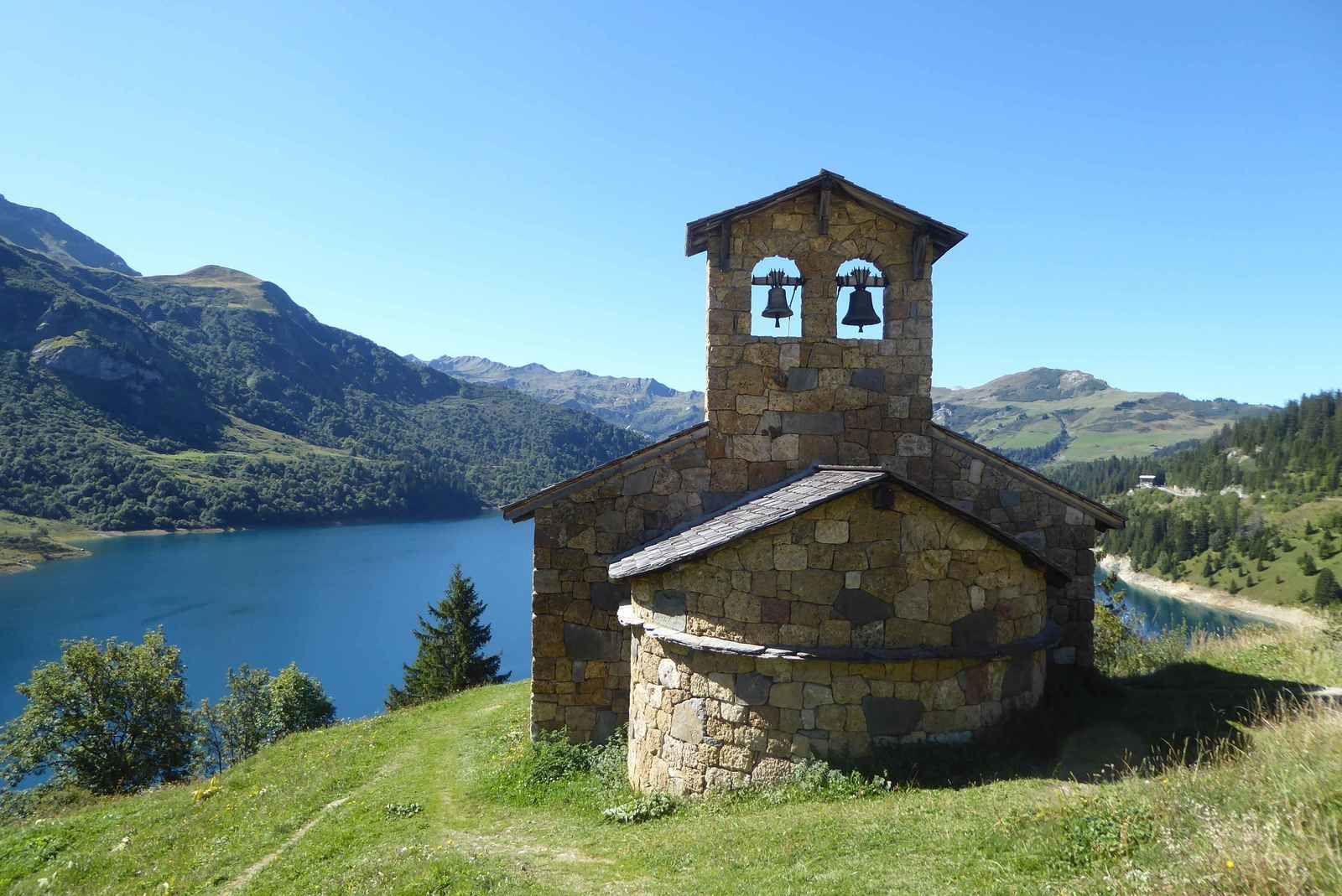 La Chapelle de Roselend engloutie par le barrage et reconstruite sur la berge.