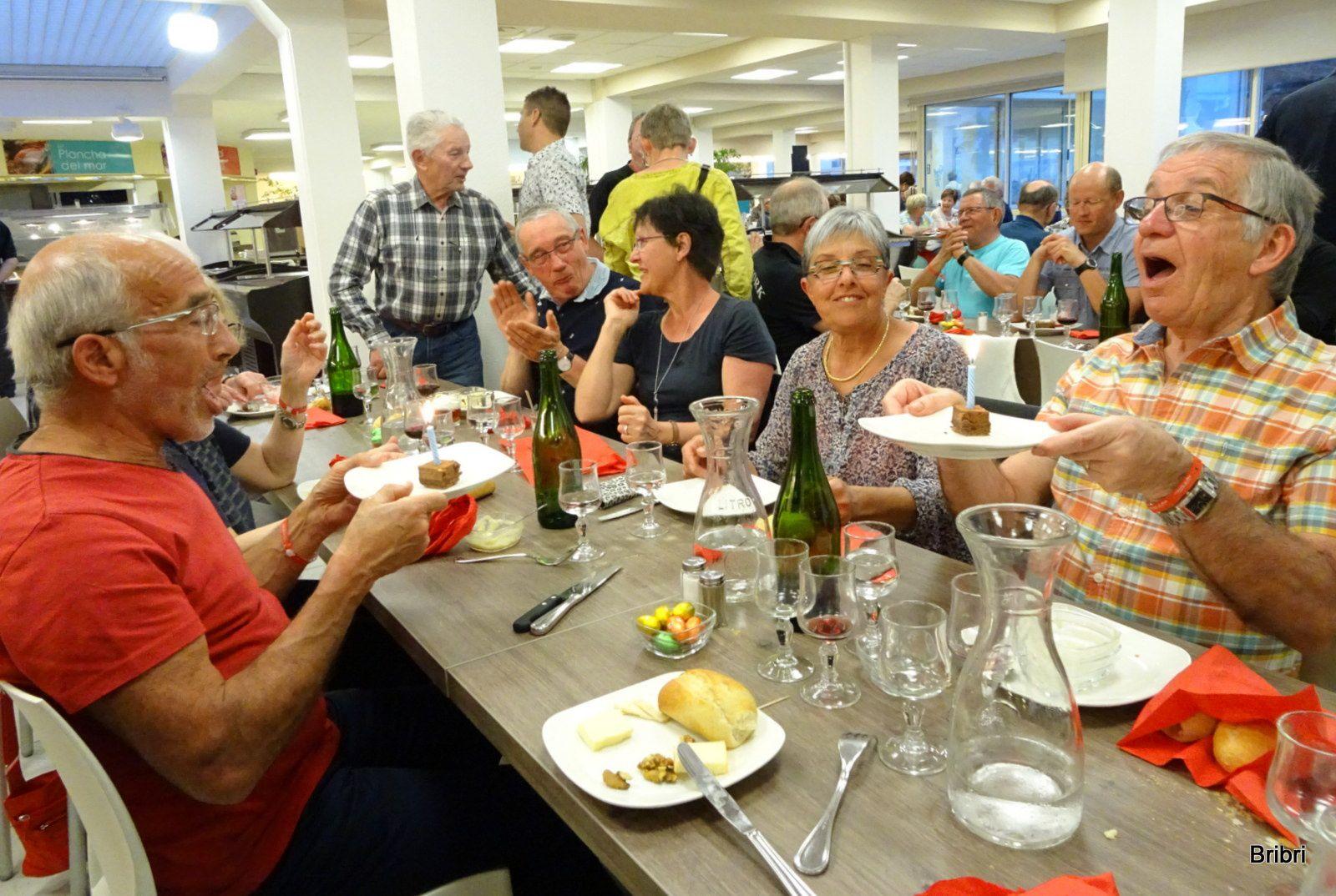 Pour ce dernier souper nous avons 2 anniversaires à fêter, ils soufflent leurs bougies sous les applaudissements du groupe. Des participants Suisse offrent gentiment des oeufs de Pâques à tous.