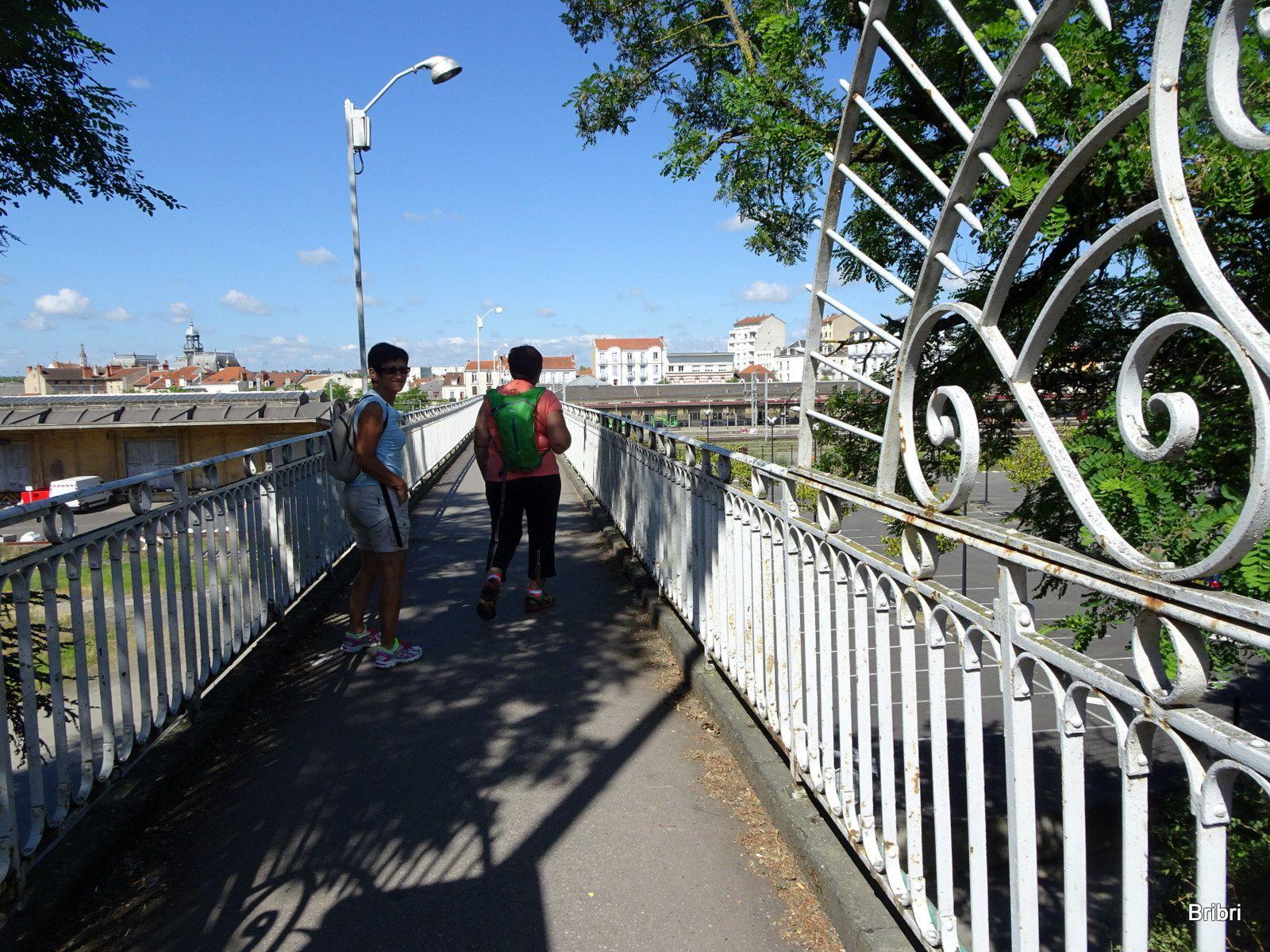 Nous traversons la ville, je retrouve le chemin que faisait ma petite fille Lisa durant ses 3 ans d'études à Vichy, elle a bien usé les roulettes de ses valises avec cet escalier.