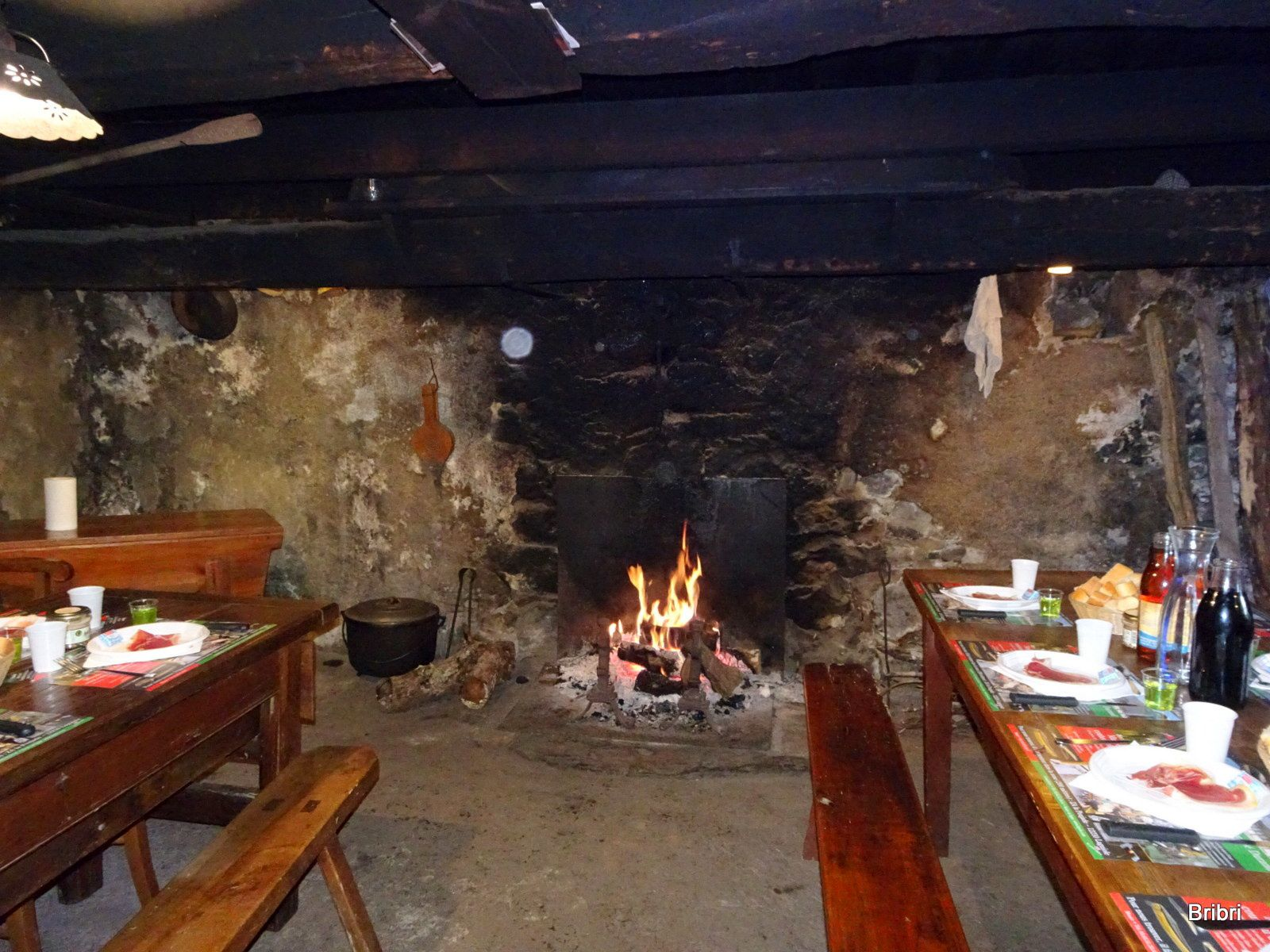 C'est là que nous prendrons notre déjeuner, dans ce buron, ce feu de cheminée est le bienvenu au vu de la température extérieure. Au mur de belles cloches/clarines.