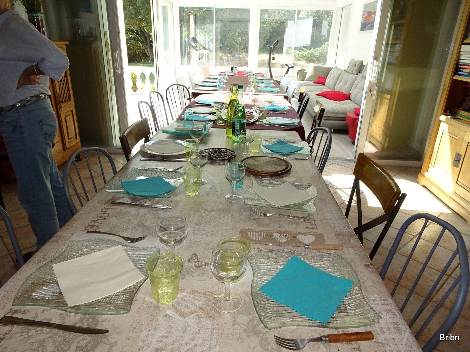 Retour chez Hervé et Patricia. Les hommes papotent pendant qu'en cuisine on s'active et que l'on met la table. il fait très beau et chaud. On finit les restes de la veille, il y en a assez.