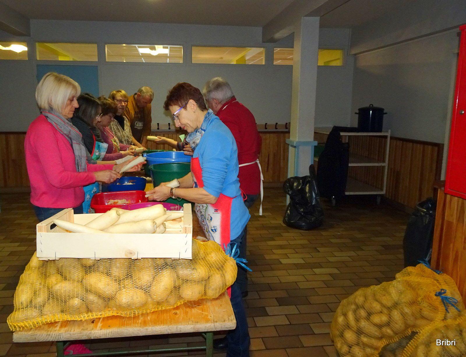 Il y a du travail en cuisine: éplucher, laver, couper. Merci à l'entreprise Briffond d'Epinet qui nous donne gracieusement pommes de terre et oignons.