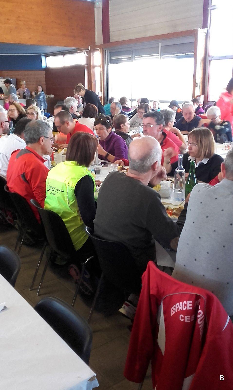 Dégustation dans une salle comble. 320 repas servis aux randonneurs, 86 personnes furent refusées.