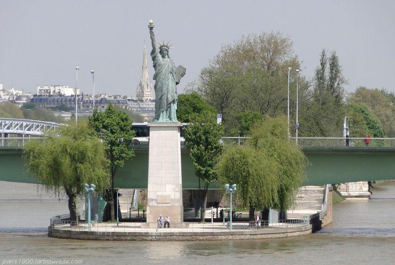UN EXEMPLAIRE EN MIGNATURE (par rapport à la vraie) A PARIS  ! OU SE TROUVE-T-ELLE EXACTEMENT ???