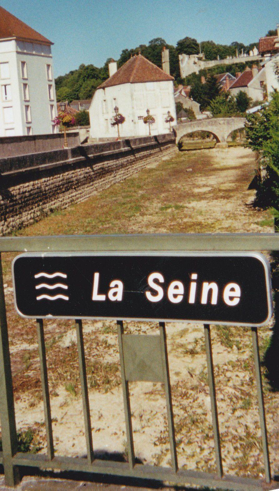 La Seine asséchée à Châtillon-sur-Seine en juillet 2003, année  d'un été caniculaire.