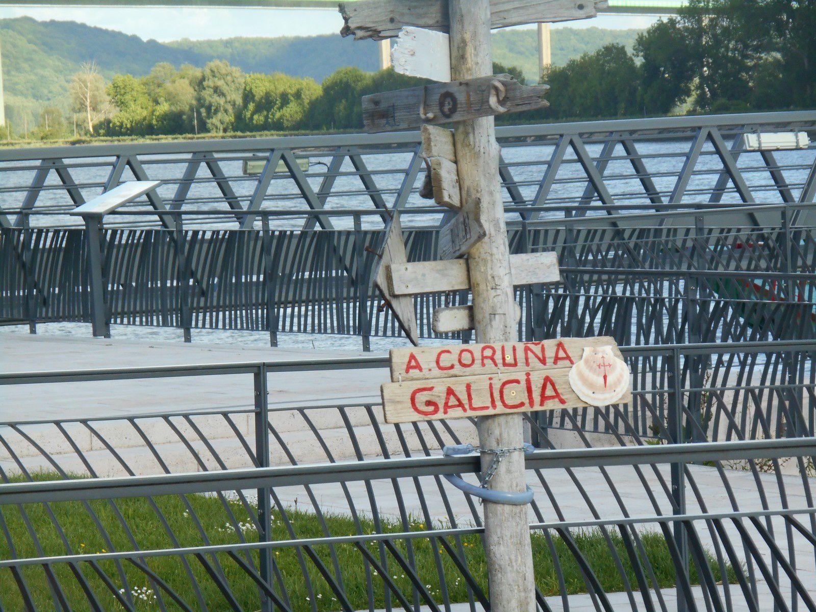 le poteau indicateur sur le Quai Guilbaud installé en  juin 2014 et l'ajout d'anonymes en 2015: Galicia