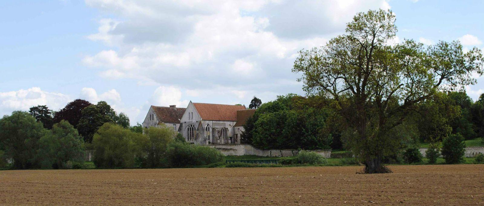 face à l'ancienne abbaye cistercienne