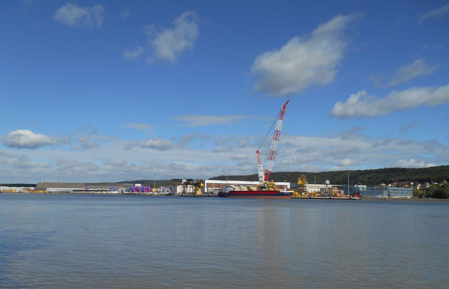 à l'emplacement des chantiers navals du Trait