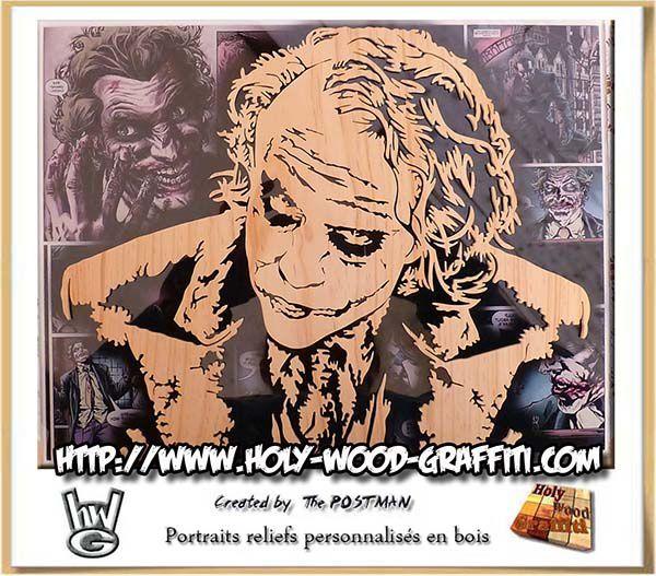 Portrait en bois du Joker sur fond en verre - Un feuille de BD du Joker est en fond de tableau.